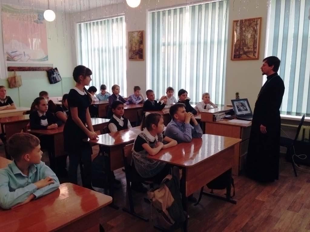 18 декабря в школе № 20 станицы Казанской протоиерей Кассиан Кравцов провел занятие