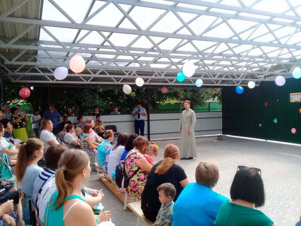 1 сентября в школе-интернате №7 станицы Казанской протоиерей Кассиан Кравцов провел открытый урок с родителями учащихся