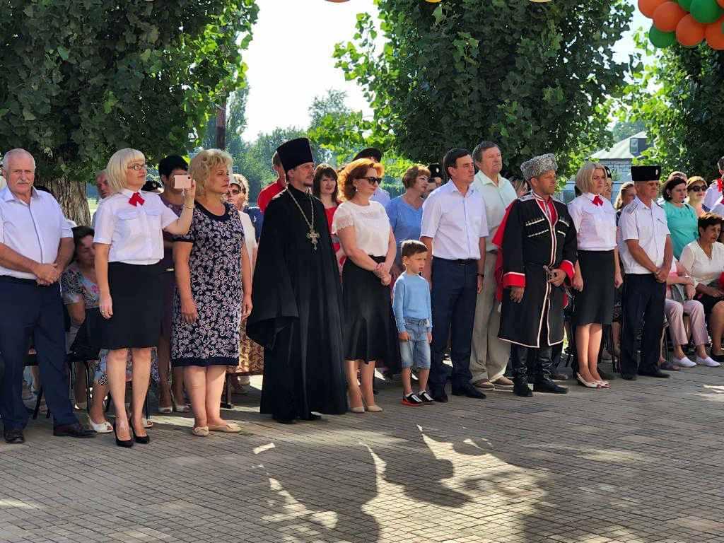 Протоиерей Кассиан Кравцов благословил учащихся казачьей школы №3 на начало учебного года