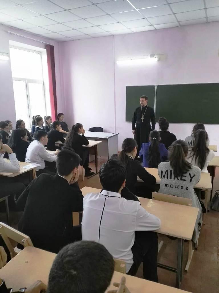 В станице Казанской священник провел занятие с учащимися школы